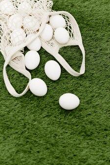 Bag of white eggs hühnerfarm dekoration draufsicht. hochwertiges foto
