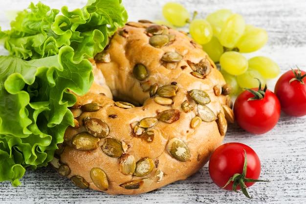 Bagel und salat, tomate, traube