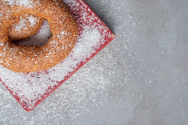 Bagels auf einem tablett mit kokosnusspulver auf marmor bedeckt
