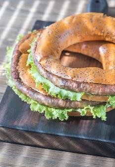 Bagels mit frischem salat und bratwurst