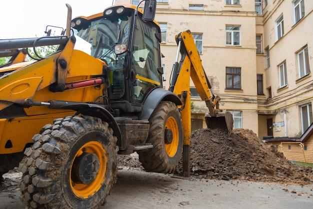 Bagger gräbt einen graben