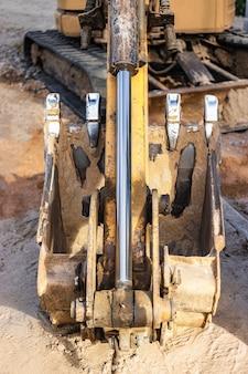 Baggerschaufel hautnah. aushubarbeiten auf der baustelle und im straßenbau. baumaschine.