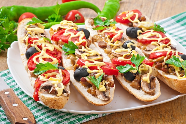 Baguette gefüllt mit kalbfleisch und champignons mit tomaten und käse