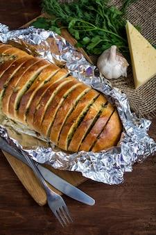 Baguette mit knoblauch, käse und kräutern
