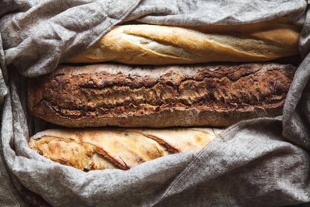 Baguette-mix an einer schwarzen wand. französisches gebäck, hausgemacht.