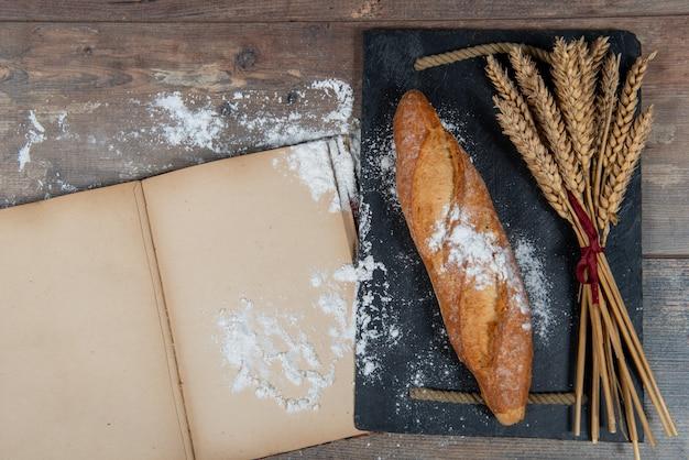 Baguette oder französisches brot und einige weizenähren
