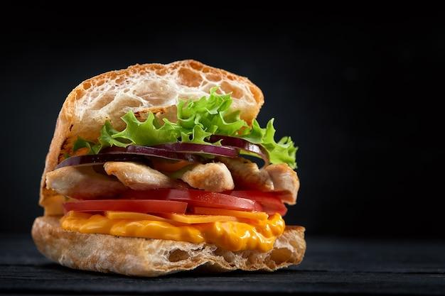 Baguette-sandwich mit salatfüllung, tomatenscheiben