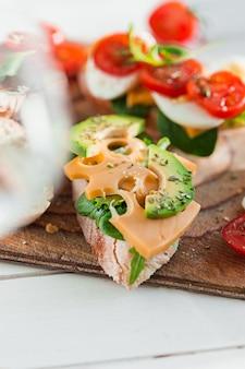 Baguette und käse auf holzbrett