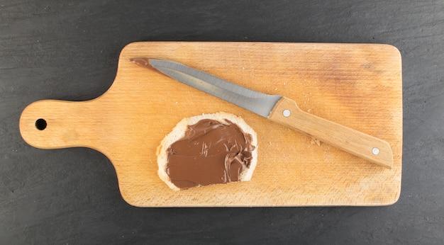 Baguettescheibe mit schokoladenbutter draufsicht