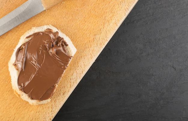 Baguettescheibe mit schokoladenbutterpaste draufsicht
