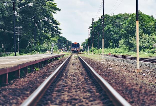 Bahngleise bilden das führen von der bahnstationseisenbahn in der alten filmart der landschaftsweinlese aus