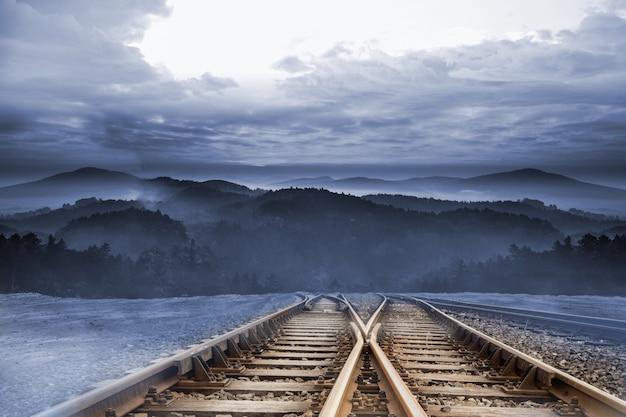 Bahngleise, die zu den bergen führen