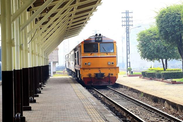 Bahnhof in der provinz lampang, thailand.