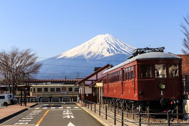 Bahnhof in kawaguchiko für landschaft des berges. fuji