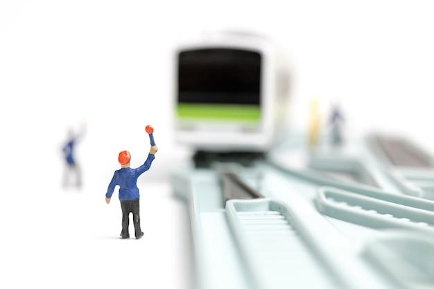 Bahnpersonal arbeitet an der eisenbahn an weißem hintergrund