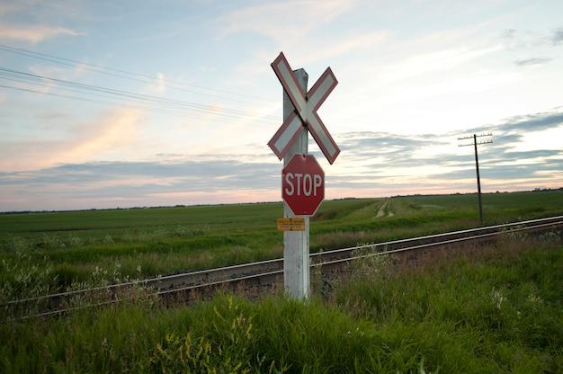Bahnzeichen und stoppschild entlang fahrbahn am lake of the woods, ontario