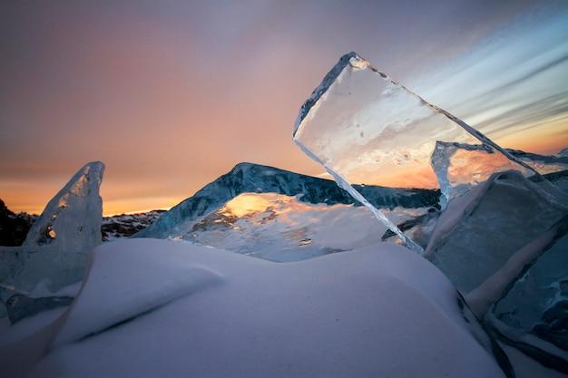 Baikalsee bei sonnenuntergang, alles ist mit eis und schnee bedeckt