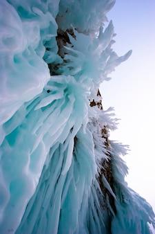 Baikalsee im winter. schöne aussichten unter eis. meereslebewesen auf der erde in klarem seewasser. berge und eisige texturlandschaften. beobachtung der tierwelt. abenteuer am baikalsee, russland