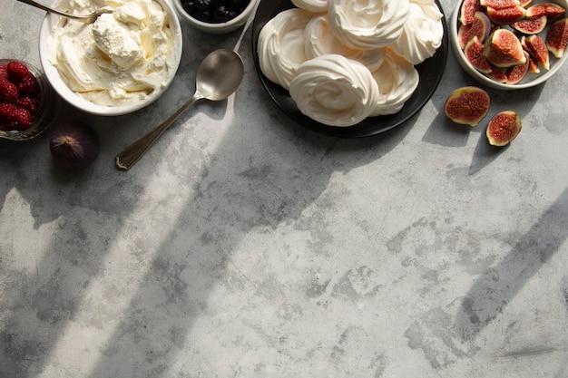 Baiser-kuchen mit beeren und feigen verziert