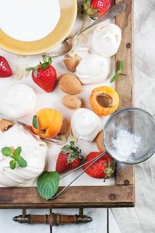 Baiser mit aprikose und erdbeere