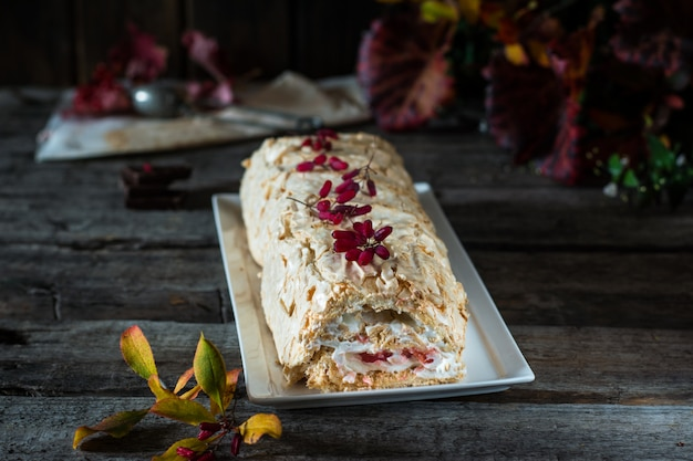 Baiser-rollkuchen. anna pavlova-dessert. vegetarischer kuchen fettarmer nachtisch. französisches konfekt
