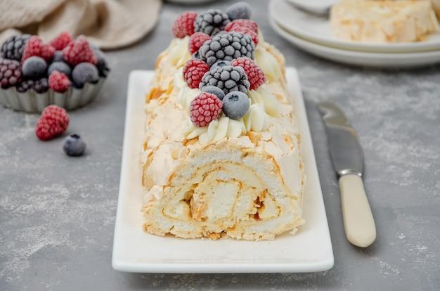 Baiserbrötchen-pavlova-kuchen mit sahne und beeren