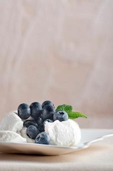 Baiserkuchen mit frischen blaubeeren. vertikaler rahmen.