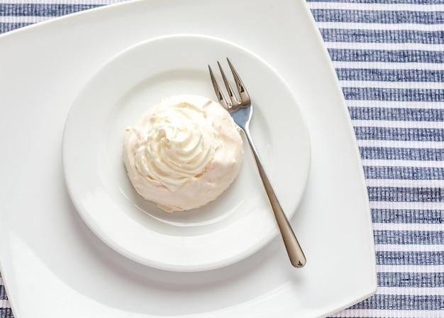 Baiserkuchen mit schlagsahne