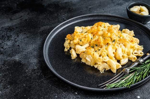 Baked macaroni mac and cheese amerikanisches gericht mit cheddar-käsesauce