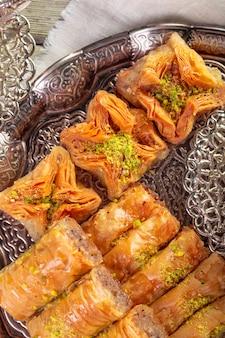 Baklava frisch auf einem teller, baklava serviert mit pistazien