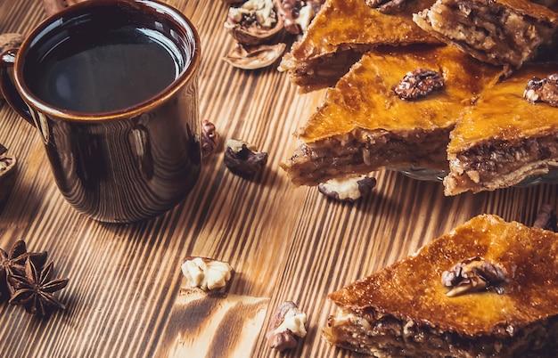 Baklava-honig mit walnüssen. selektiver fokus essen.