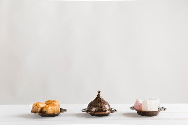 Baklava lokum und untertasse mit deckel