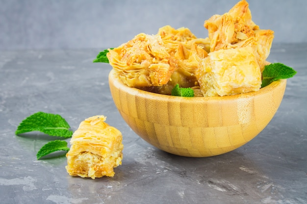 Baklava mit honig und nüssen