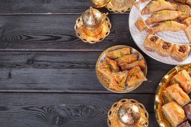 Baklava mit pistazien. türkisch traditionelles vergnügen auf einem dunklen holz
