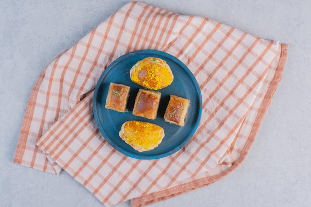 Baklava mit pistazien und gebäck dunkle platte.
