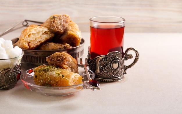 Baklava süßes dessertgebäck mit tee serviert