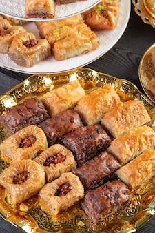 Baklava, türkischer nachtisch aus dünnem gebäck, nüssen und honig