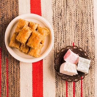 Baklava und türkische köstlichkeiten auf untertassen