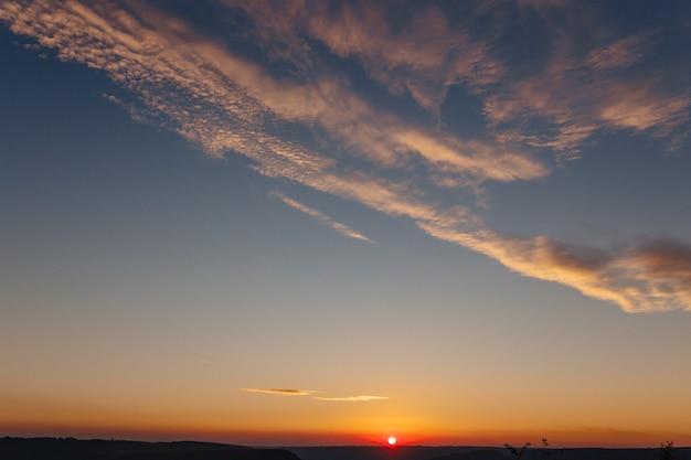 Bakota bay, ukraine, szenische sonnenuntergangvogelperspektive nach dnister, seewasser, warmer tag