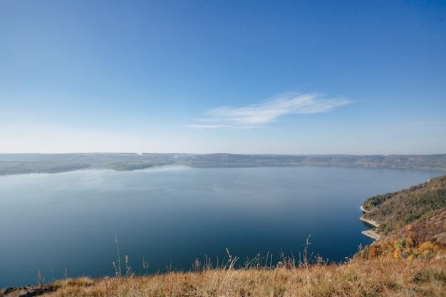 Bakota bay, ukraine, szenische vogelperspektive nach dnister, seewasser, sonniger tag