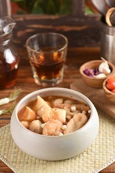 Bakso cuanki ist eine indonesische traditionelle straßenküche, beliebte fleischbällchensuppe