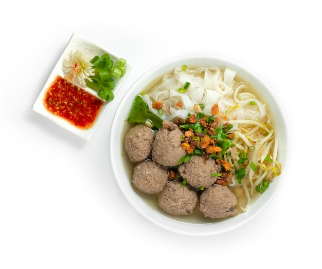 Bakso fleischbällchen und nudeln mit suppe serviert chili sauce indonesia food