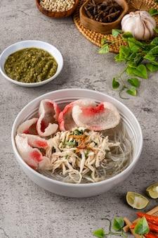 Bakso ist eine indonesische fleischbällchen. seine textur ähnelt der chinesischen rinderbällchen-fischbällchen