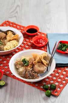 Bakso malang komplit ist fleischbällchen typisch aus malang, ost-java-indonesien. normalerweise serviert mit verschiedenen beilagen wie bakwan, bakso goreng, tofu