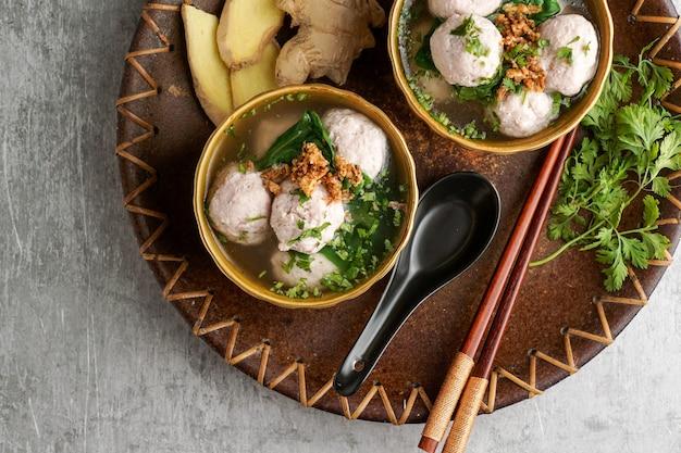 Bakso oder baso ist eine indonesische fleischbällchensuppe