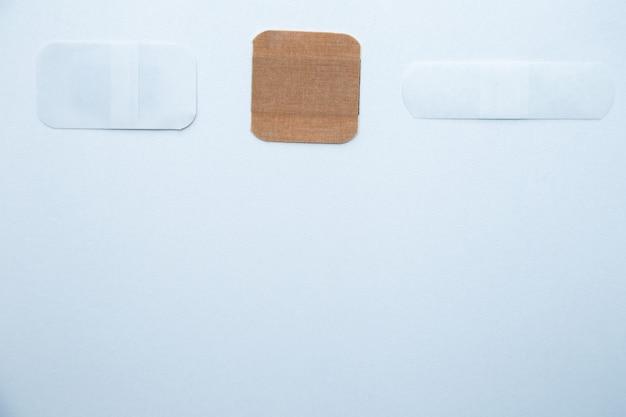 Bakterizide flecken in verschiedenen formen und größen liegen auf weißem hintergrund mit platz für text...