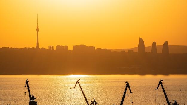 Baku-stadt im dunst