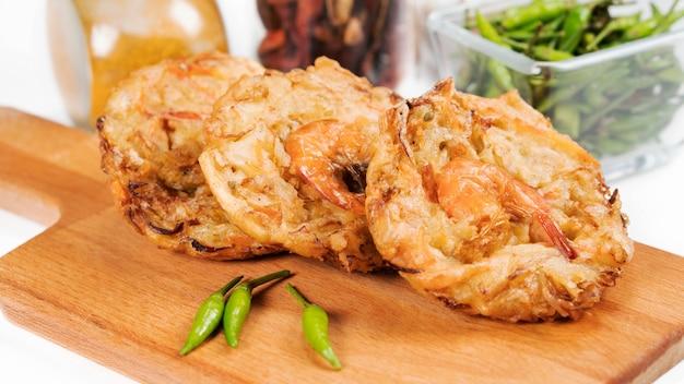 Bakwan udang ist ein traditioneller indonesischer snack aus gemüse und garnelen und gemischt mit mehlteig