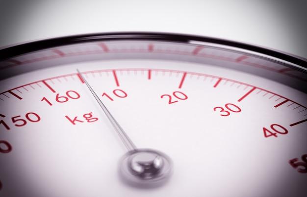 Balance mit zahlen, die das gewicht messen