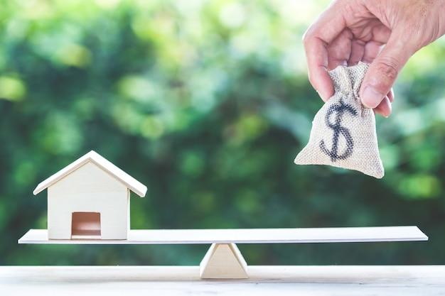 Balance nach hause und geld, wohnungsbaudarlehen, rückhypothekenkonzept.